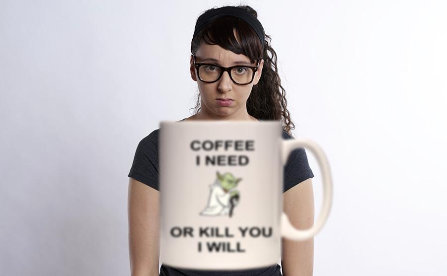 méditer au travail femme et mug à café yoda